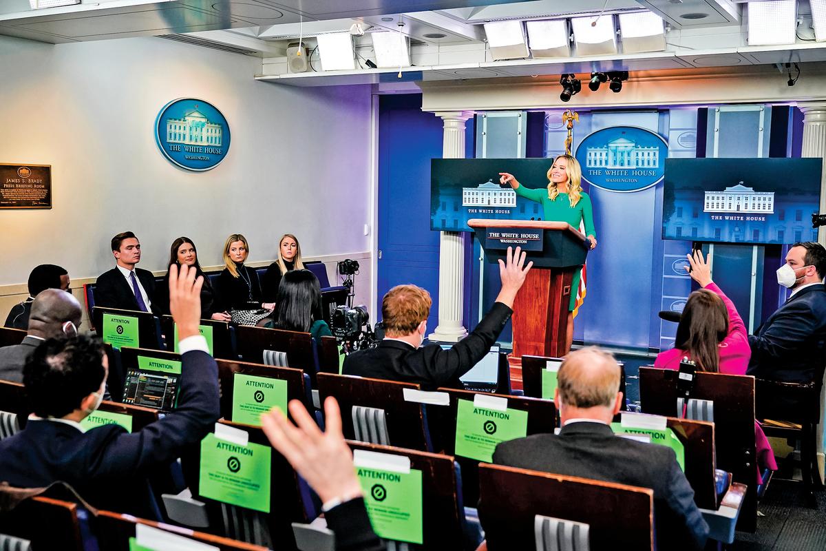 白宮新聞發言人麥肯納尼被稱為「厲害姐」,因為她言語犀利,常常能一語中的,戳穿左媒記者的虛偽面孔。圖為麥肯納尼(站在講台者)在11月20日的新聞發佈會上。(Getty Images)
