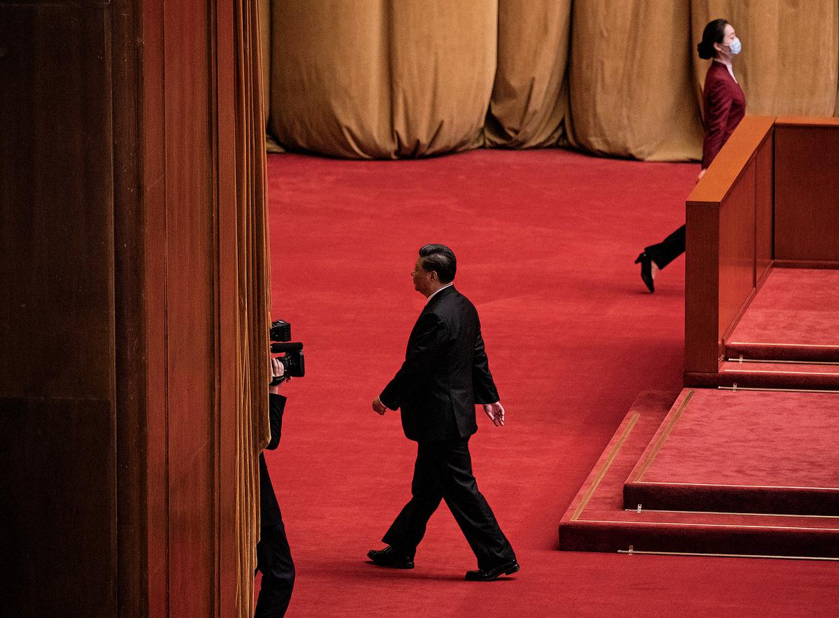 12月16日,中共黨媒忽然發表文章〈「崇美」「跪美」的軟骨病得治!〉,公開了中共內部的不同聲音。圖為10月23日,習近平參加在人民大會堂的紀念韓戰70周年活動後,離開會場。(Kevin Frayer/Getty Images)