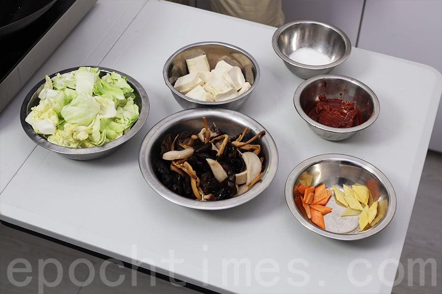 「南乳炒雜菜」材料。(陳仲明/大紀元)