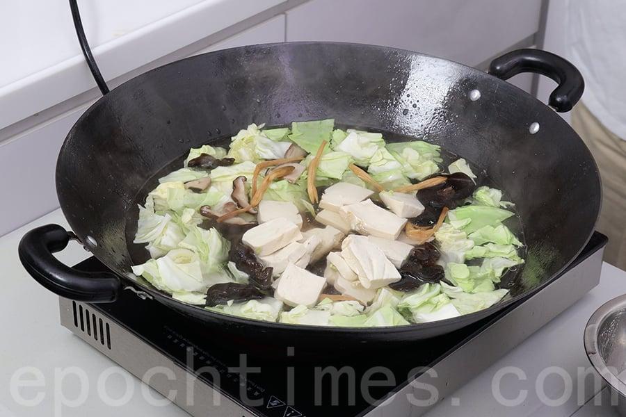 素菜汆水。(陳仲明/大紀元)