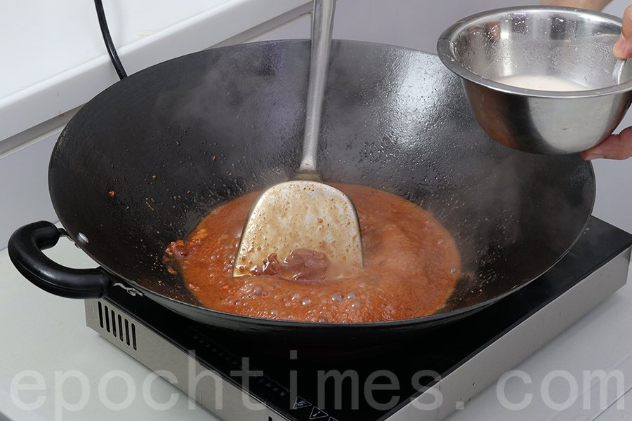 繼續加入糖、生粉,打芡,製作滋味醬料。(陳仲明/大紀元)