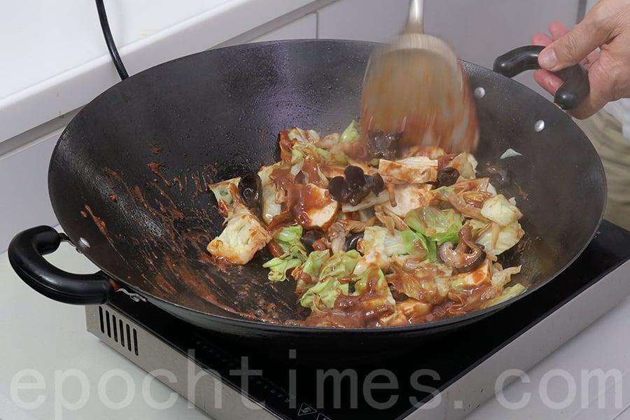 加入汆過水的豆角、豆乾和鹹肉,攪拌均勻。(陳仲明/大紀元)