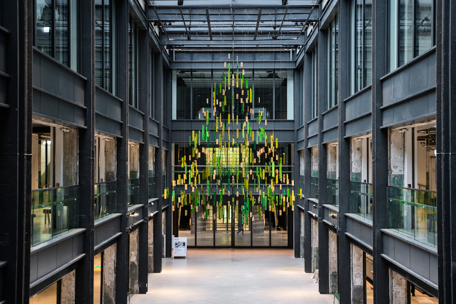 設計師與香港神託會學員回收舊木 巨型懸浮聖誕樹現南豐紗廠