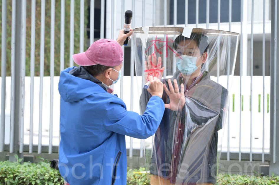 李卓人在膠筒上寫下「林鄭抗疫不公,當工人透明」。(Bill/大紀元)