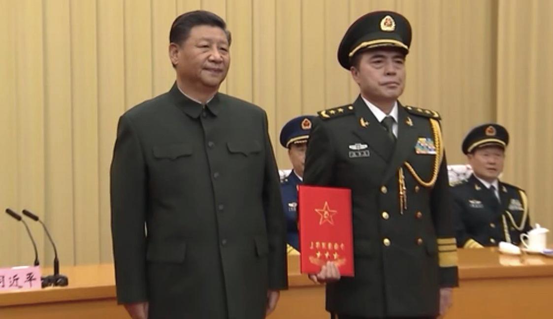 12月18日,習近平在授銜儀式上。(影片截圖)