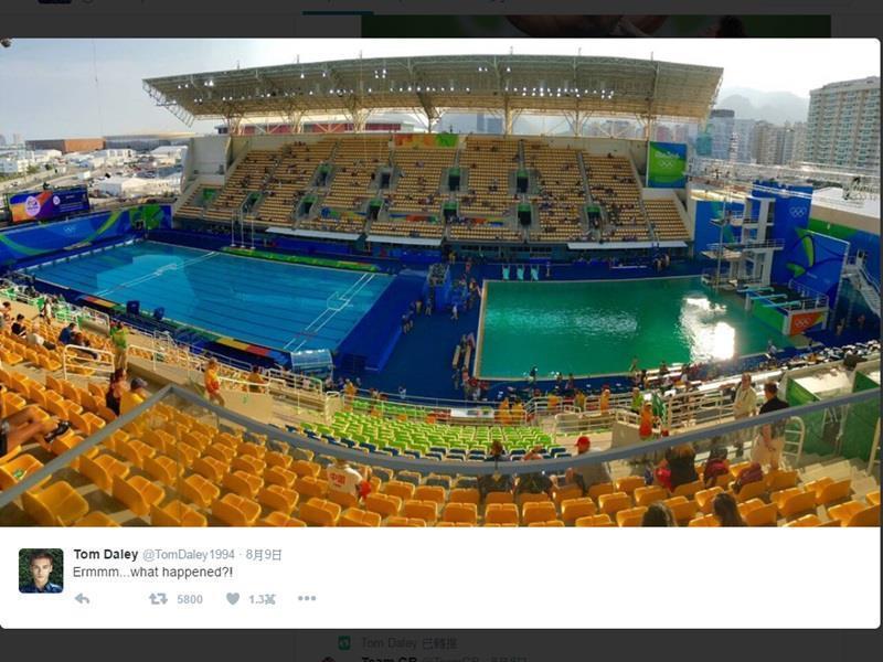 英國選手跳水選手戴利在推特貼上一張賽場中央的照片,兩側池水一藍一綠,明顯不同。(圖取自Tom Daley推特 twitter.com/tomdaley1994)