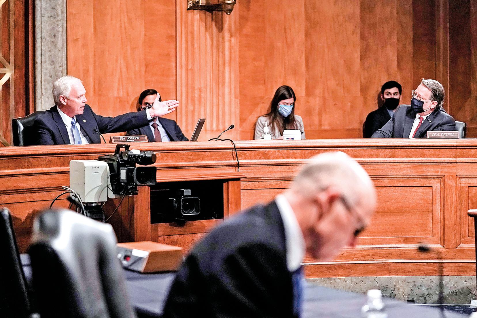 12月16日,美國參議院國土安全與政府事務委員會展開聽證會,討論 2020年選舉安全和選舉舞弊,委員會主席約翰遜(Ron Johnson,左一)和民主黨參議員彼得斯(Gary Peters,右一)在爭論。(Greg Nash-Pool/Getty Images)