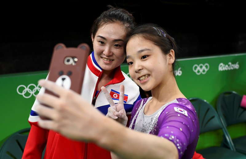 2016年8月4日,巴西里約熱內盧,2016里約奧運會,兩韓體操運動員訓練館相遇自拍。北韓體操運動員洪恩貞和南韓體操運動員李恩珠自拍合影。(大紀元資料室)