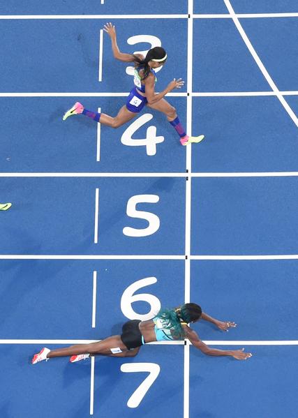 2016年8月15日,里約奧運女子400米跑決賽中,巴哈馬選手米勒(下)爆冷,擊敗世界錦標賽冠軍美國名將菲利克斯(上)奪得金牌。(Antonin THUILLIER/AFP)