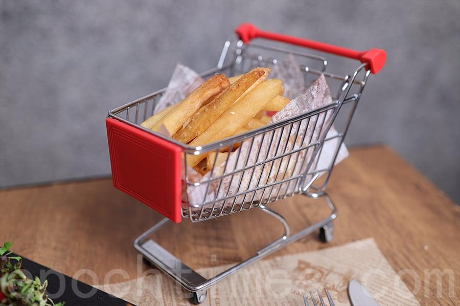 用購物車造型的餐具擺放食物,充滿童趣。(陳仲明/大紀元)