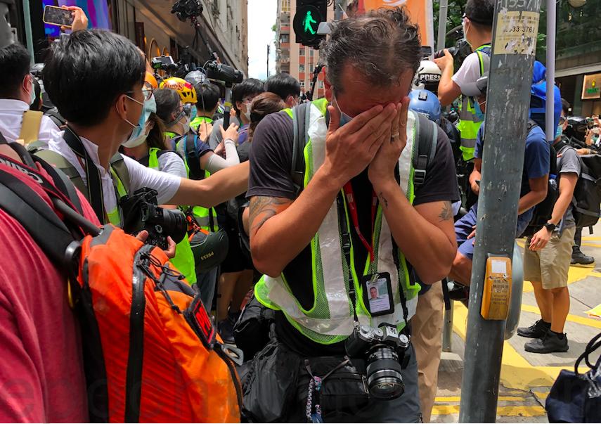 圖為7月1日有外籍記者在銅鑼灣被警察以胡椒噴霧噴向面部。(大紀元資料圖片)