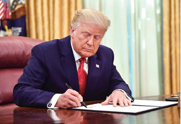 美國總統特朗普 12 月 18 日簽署通過《外國公司問責法案》,強制在美國交易所上 市的外國公司,必須遵守美國的會計規則。圖為特朗普總統今年 8 月在白宮的檔案照。(NICHOLAS KAMM/AFP via Getty Images)
