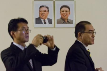 北韓駐倫敦外交官太永浩(右)帶著家人叛逃到南韓。(JUSTIN TALLIS/AFP/Getty Images)
