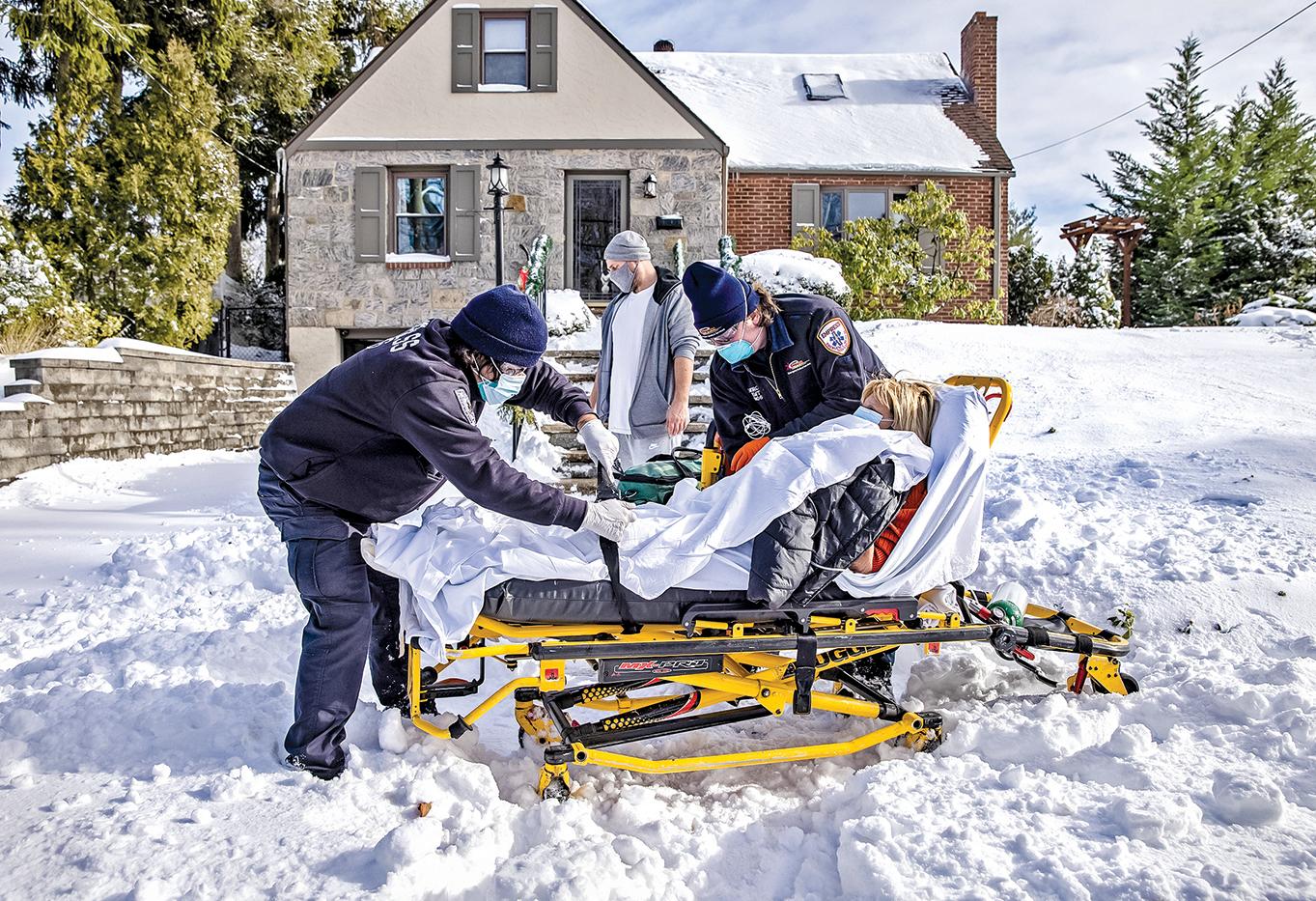 美國大選日之後,中共病毒新患病人數和死亡人數都大幅增長。圖為12月17日,紐約揚克斯市的急救員正將一名77歲的病毒確診女患者運往醫院。(Getty Images)