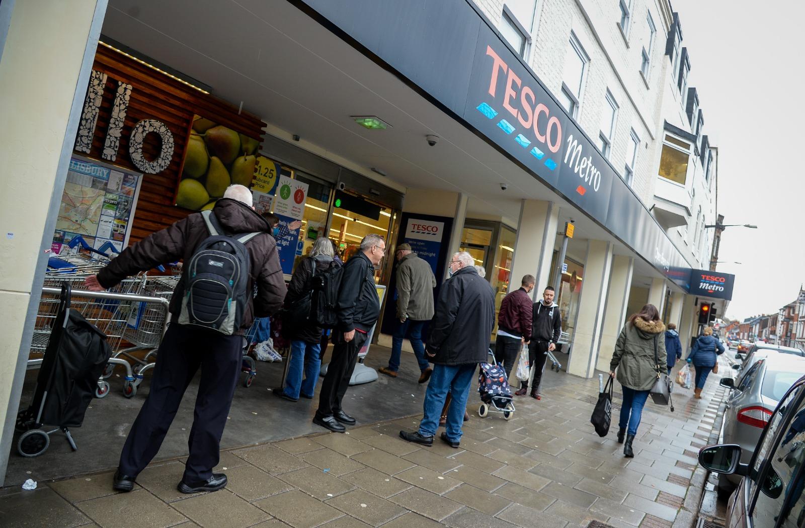 英國出現變種病毒,各國紛紛封關,超市有斷貨危機,股價下跌近3%。圖攝於本月21日的Tesco超市外。(Finnbarr Webster/Getty Images)