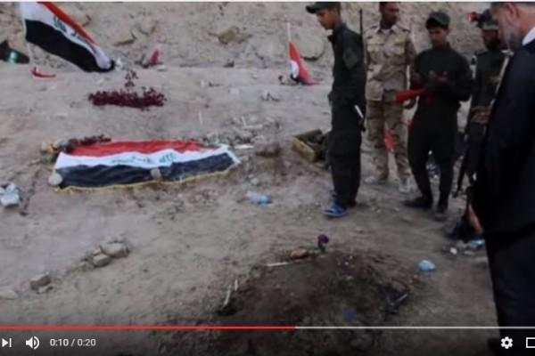 斯派克軍營附近發現的集體墳墓。(YouTube視像擷圖)