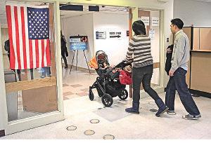 █ 美國是深受大陸人喜愛移民國家之一。圖為一對大陸夫婦帶著孩子走出紐約市的美國公民及移民服務局。(John Moore/Getty Images)