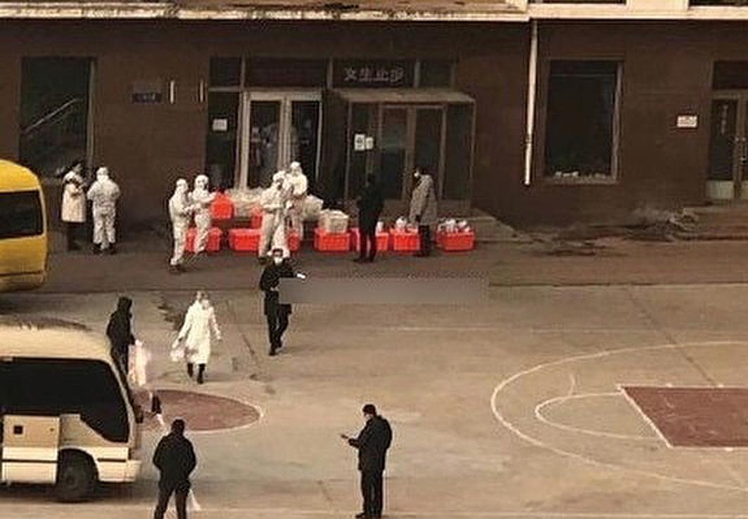 12月22日,傳大連海洋大學有中共肺炎病例,醫護人員進入該校。(網絡圖片)