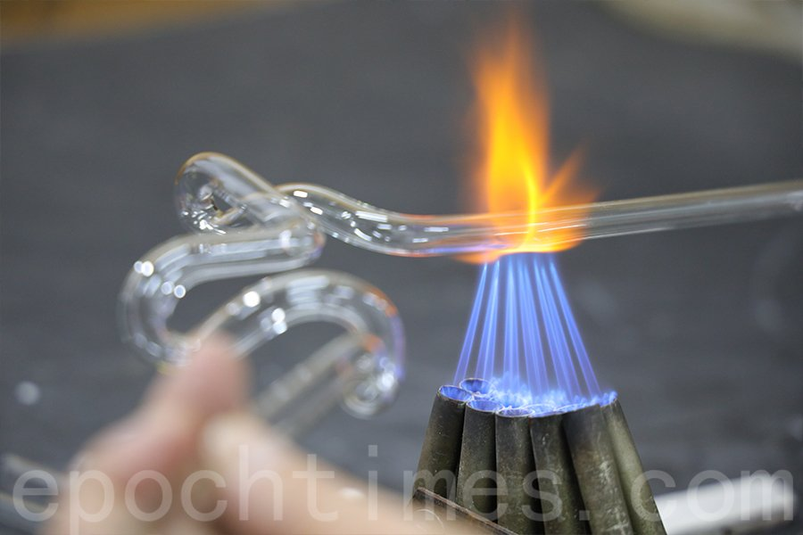 屈管時雙手要學會控制玻璃的穩定性。(陳仲明/大紀元)