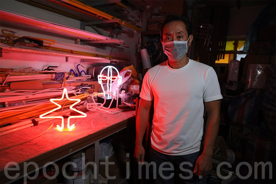 楷哥製作的霓虹燈造型。(陳仲明/大紀元)