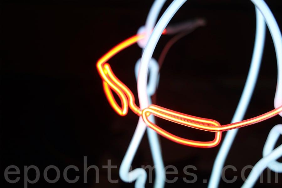 楷哥製作的霓虹眼鏡。(陳仲明/大紀元)