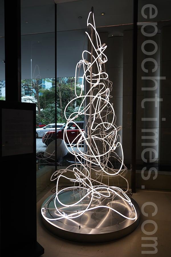 完成後的立體霓虹聖誕樹。(陳仲明/大紀元)