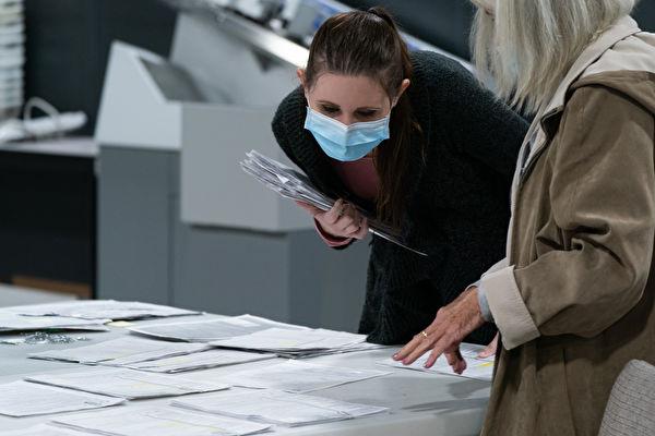 美國佐治亞州州務卿近日突然宣佈,將在全州進行選票簽名驗證。該州州長的準女婿疑被謀殺,事發第二天,坎普就拒絕特朗普對郵寄選票進行簽名驗證的要求。(Elijah Nouvelage/Getty Images)
