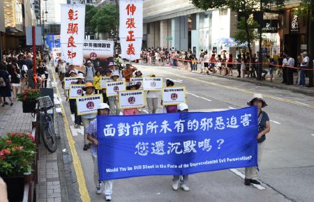 法輪功學員呼籲民眾挺身制止中共活摘器官的反人類罪,拒絕沉默。(文瀚林/大紀元)