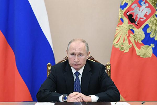 近日普京簽署給予前總統終身豁免權的法案,被分析此法是普京的「免死金牌」。圖為2020年11月6日,俄羅斯總統普京通過電話會議出席與安理會成員的會議。(ALEXEY NIKOLSKY/Sputnik/AFP via Getty Images)