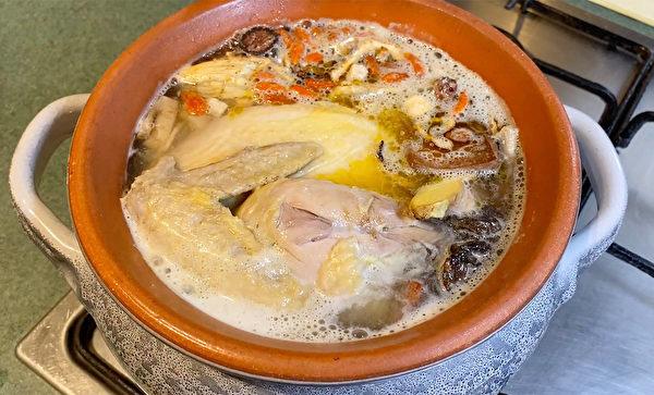 生地母雞湯作法3:用小火慢燉雞湯,火小到湯表面微微冒泡即可。(舒榮提供)