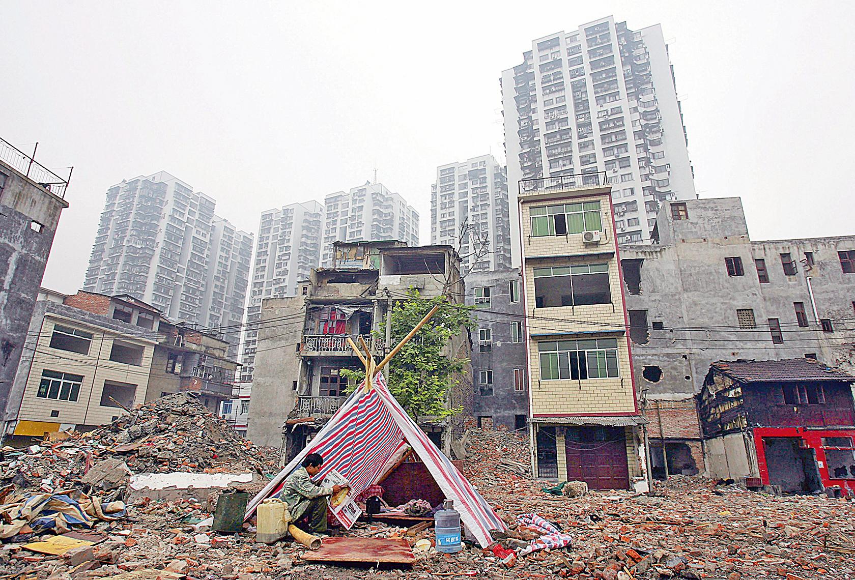 日前公佈的審計結果曝光了大陸保障性住房建設的一些問題。圖為2005年武漢某拆遷地的一角。(Getty Images)