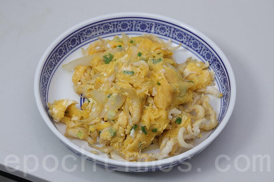 香噴噴的白飯魚炒蛋。(陳仲明/大紀元)