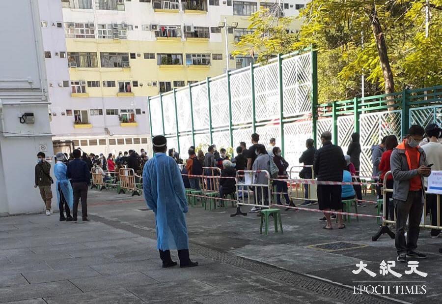 大批居民滯留樓下大堂等候登記身份,並需出示檢測證明,引致鼓譟。(余鋼/大紀元)
