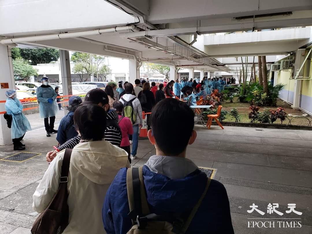 大批居民滯留樓下大堂等候登記身份,並需出示檢測證明。(余鋼/大紀元)