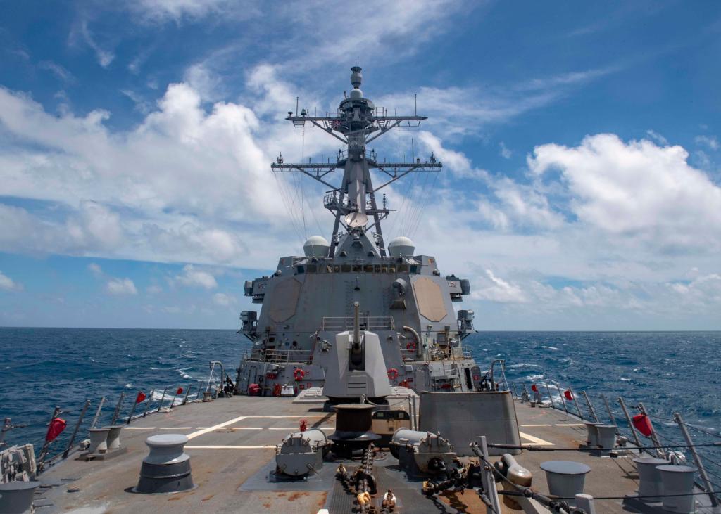 美國導彈驅逐艦穆斯丁號12月19日穿越台灣海峽。(US Navy)