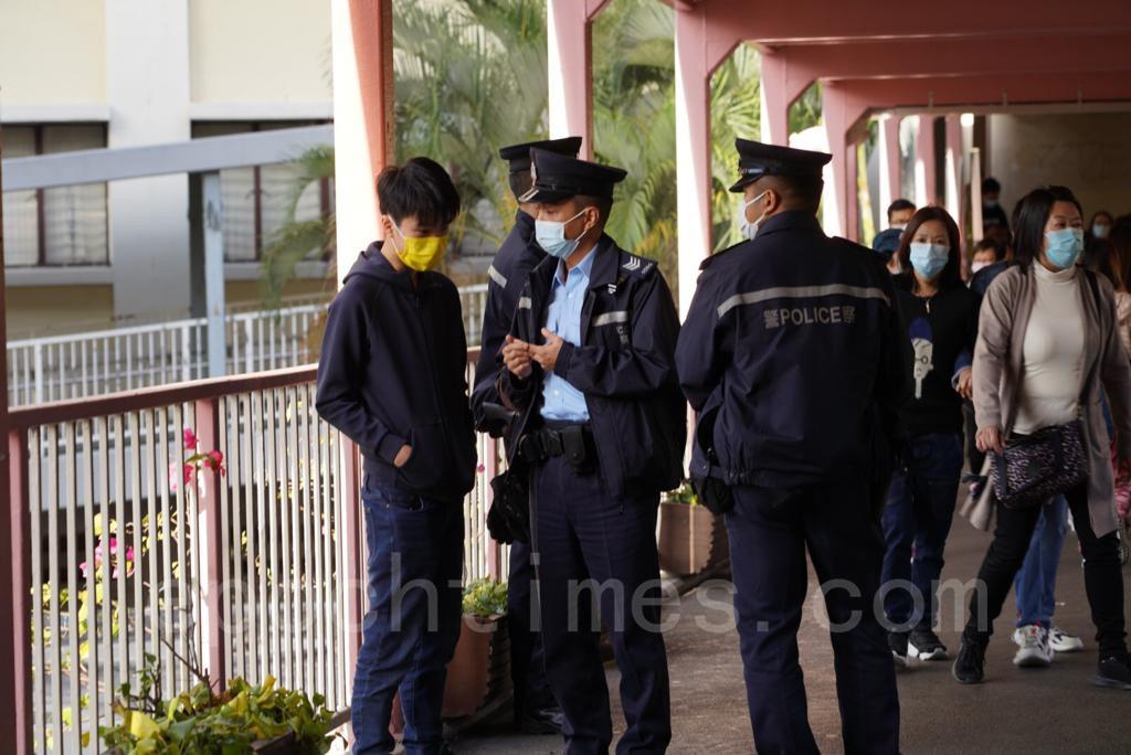 有警員到場監視,並查抄團體成員及在場媒體記者的個人資料。(余鋼/大紀元)