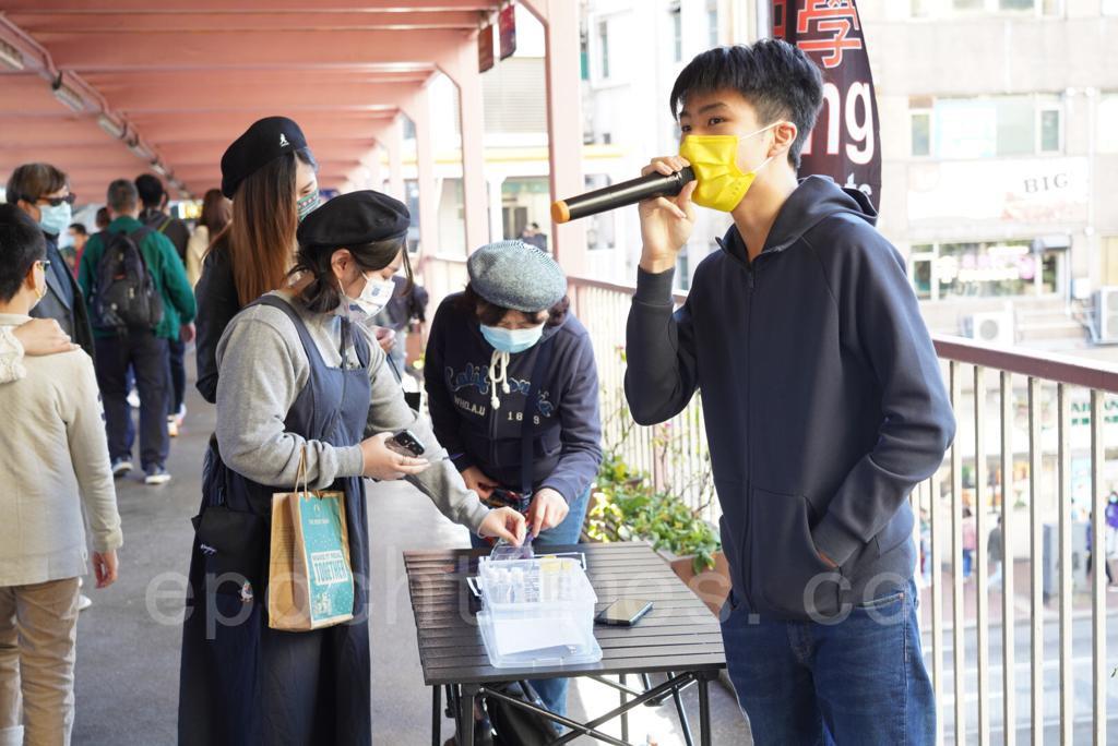 學生團體「中學時政」12月26日在荃灣設立街站,呼籲市民堅決反對當局對通識教育科的打壓。(余鋼/大紀元)