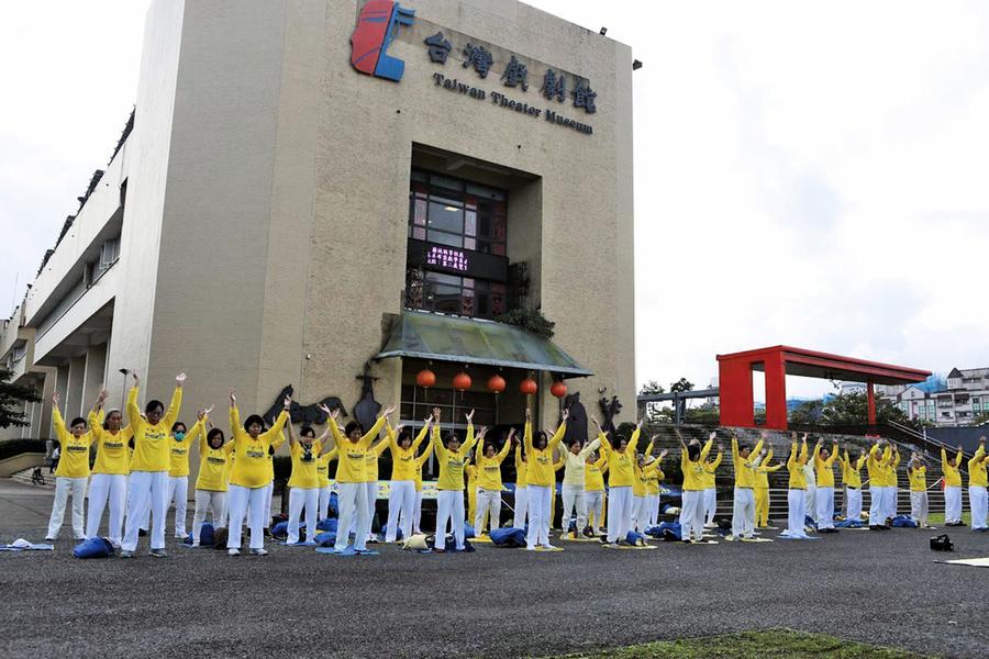 台灣宜蘭法輪功學員 恭賀李洪志師父新年好