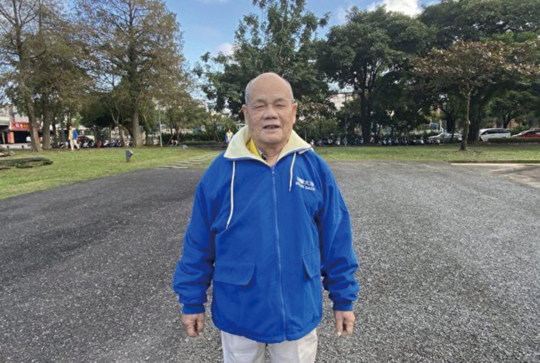 宜蘭學員林伯伯現已85歲,他修煉法輪功20多年來一直耳聰目明、行動矯健。