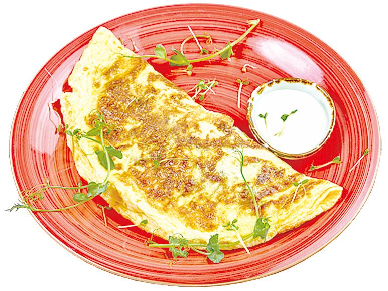 用黑豆泥和洋乳酪放在蛋皮中間做成煎蛋捲。