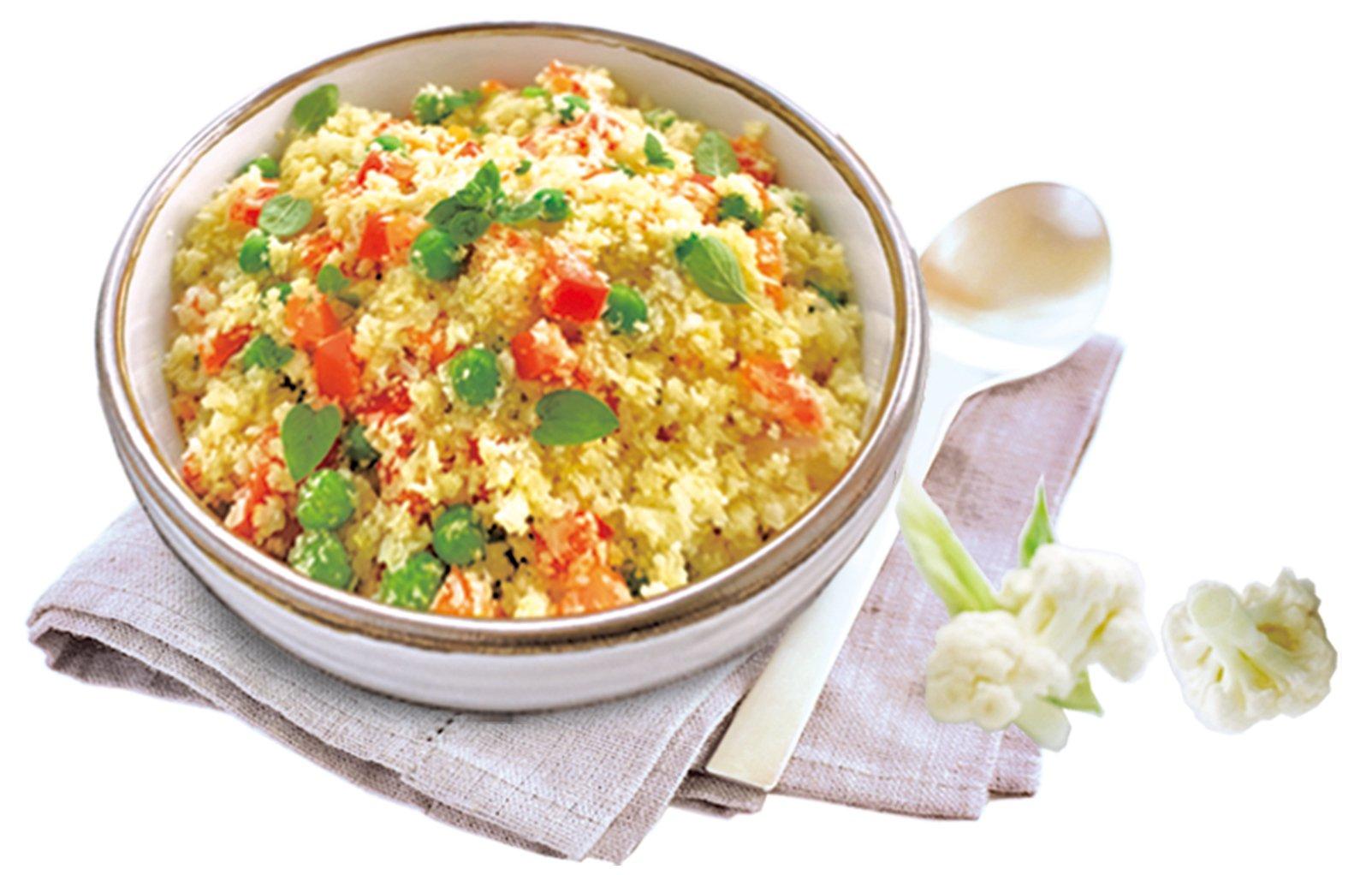 用椰菜花飯代替傳統米飯製作蔬菜炒飯。