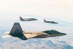 美軍無人機伴飛F-22、F-35