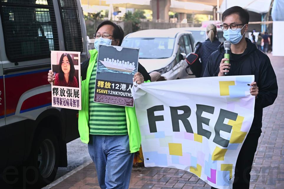 2020年12月28日,支聯會成員兩人一組遊行前往中聯辦抗議。(宋碧龍/大紀元)