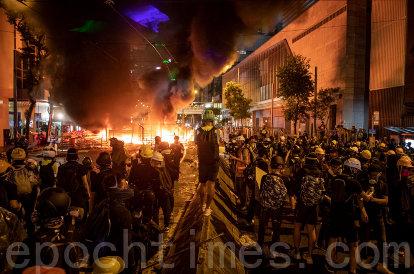 去年8月31日港島區遊行,七人被控暴動罪,案件12月28日於區域法院裁決。圖為2019年8月31日灣仔,抗爭者堆放的路障雜物起火。(余鋼/大紀元)