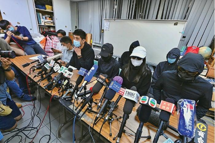 被扣押在深圳的12港人中,10名成年人昨日在深圳鹽田法院受審。部份家屬晚上召開記者會,表示沒有得知任何家屬去旁聽,更擔心所謂「擇期宣判」變成無限期拖延。(宋碧龍/大紀元)