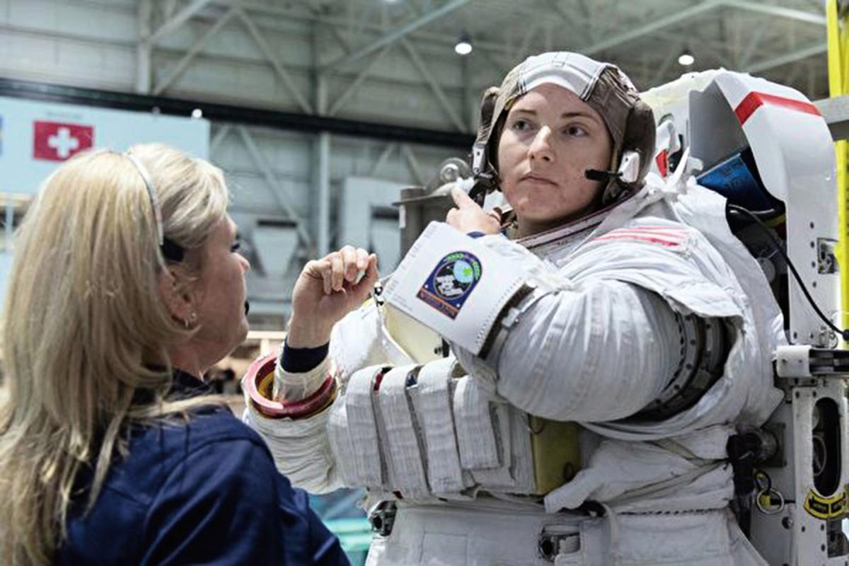曾經在美國海軍潛艇上服役的女少校巴倫(Kayla Barron),被NASA挑選為太空人,有可能在2024年前往月球執行任務。圖為她在接受太空漫步訓練前穿著太空衣。(NASA)