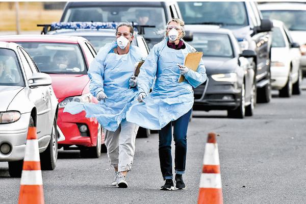「中共病毒」疫情主導了今年全球經濟金融發展趨勢。圖為3月12日,科羅拉多州丹佛市的兩名醫護人員。(Getty Images)