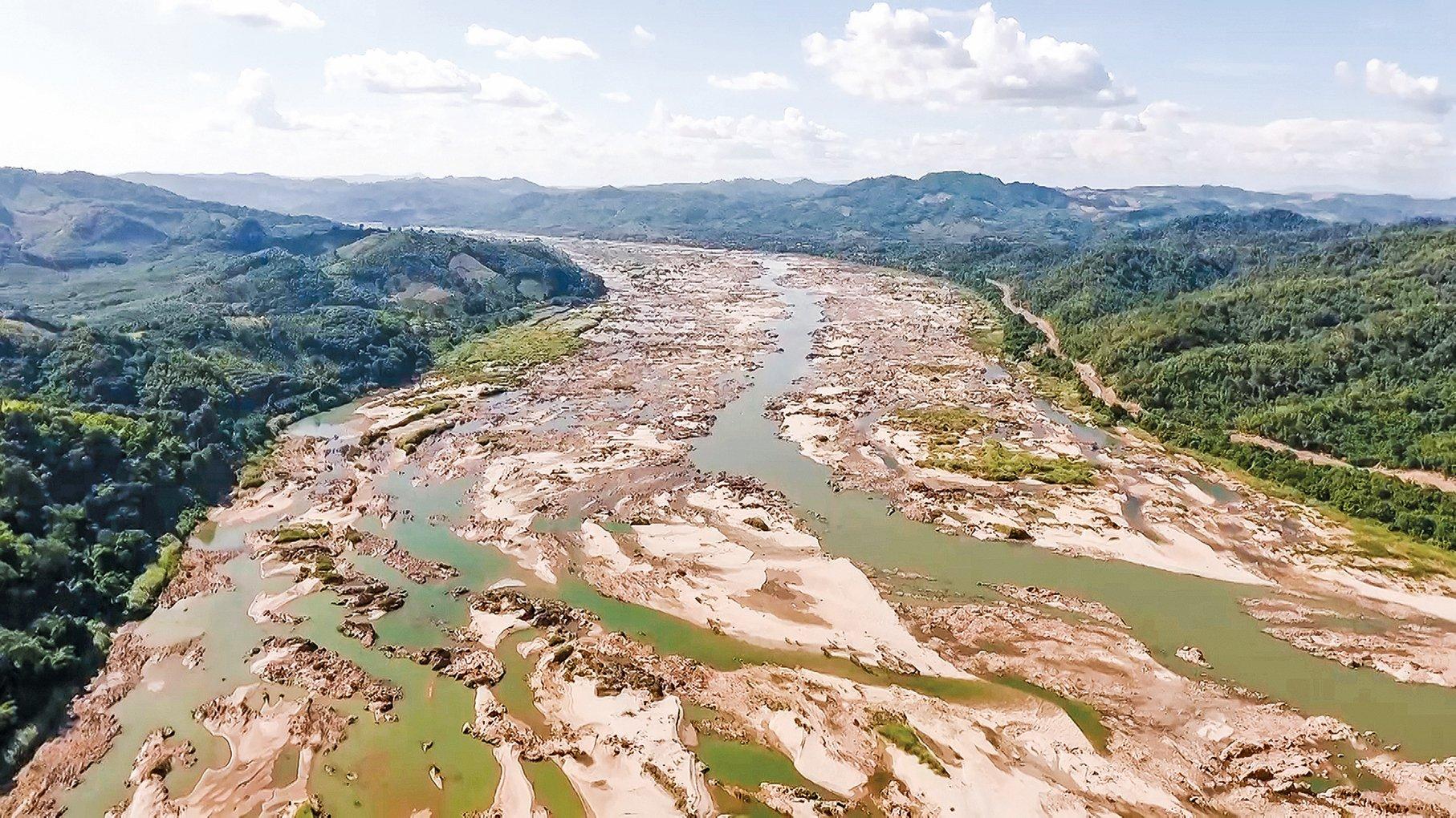 p中國在湄公河上游大肆建壩攔截水源,致使下游多國水域縮減,民生重創。圖為泰國境內的湄公河水源乾枯,河床大面積裸露。(Getty Images)