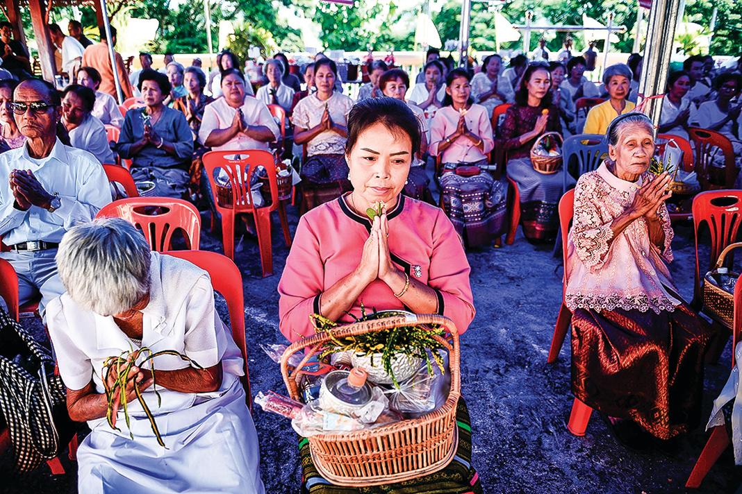 t現在,湄公河下游國家遭遇到「雨季河中無水,乾旱季節更枯竭」的情況。圖為湄公河流域的泰國民眾到寺廟做祈求儀式。(Getty Images)