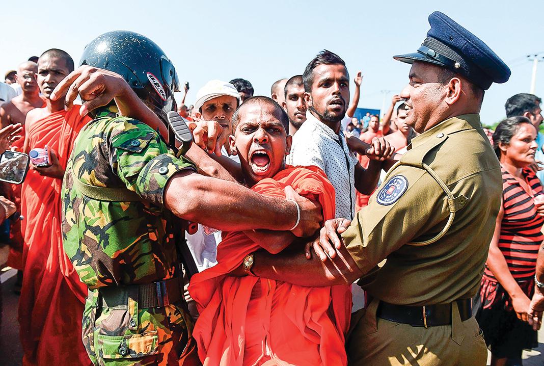 2017年,斯里蘭卡因無法償還積欠中共的巨債,而將具有高度軍事、經濟、地緣政治價值的深水良港漢班托塔「租借」給中共99年。圖為2017年,斯里蘭卡當地民眾,因抗議在漢班托塔島建立中國投資工業區,與警方發生衝突。(Getty Images)